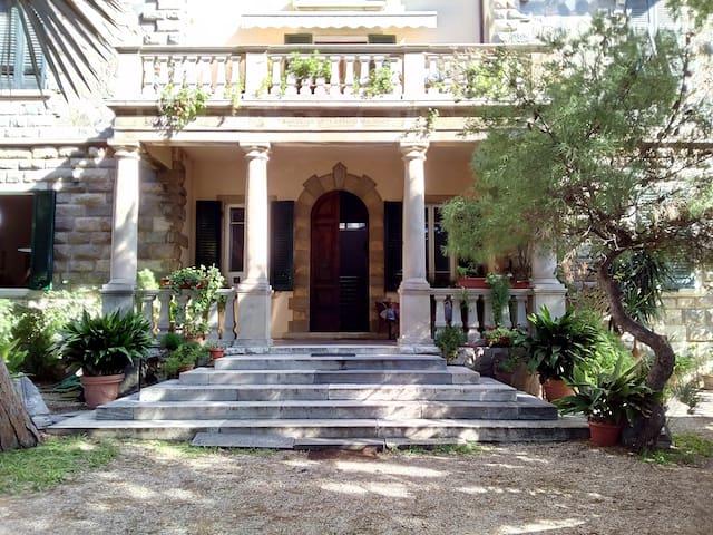Monolocale a due passi dal mare in palazzo d'epoca - San Vincenzo - Lejlighed