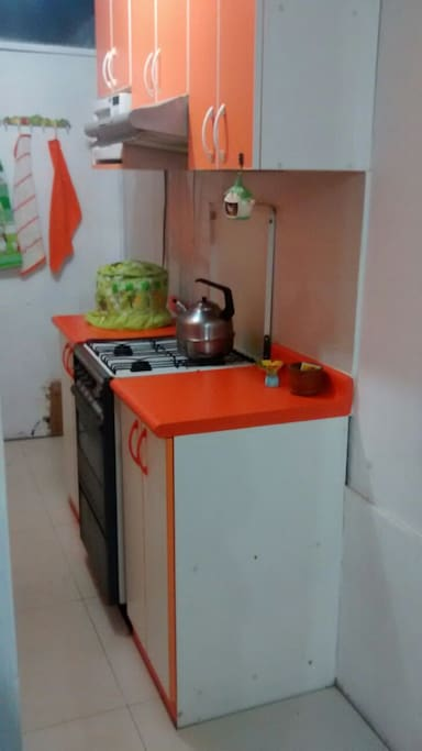 Reposteros superiores de melamine contienen servicio de platos, tazas y vasos