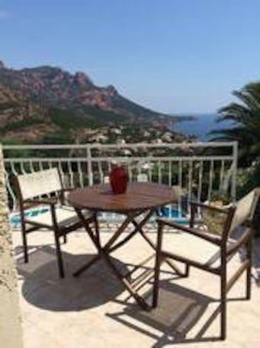Vue sur la Méditerranée et les Îles de Lerins depuis le balcon