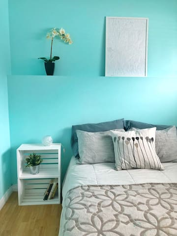 Bright and cozy room close to airport