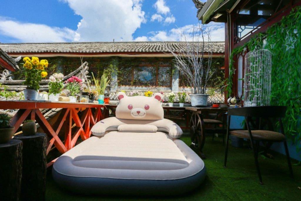 私人独立大阳台,配置萌萌哒气垫床,白天阳光好可以躺着晒太阳 晚上可以看星星。