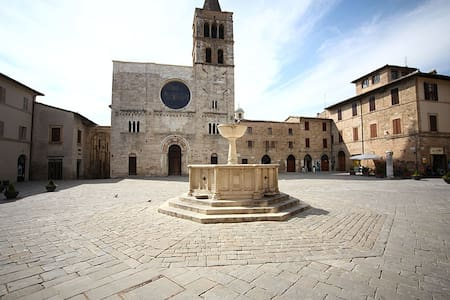 Assisi, Bevagna...in pieno centro storico.. - Bevagna - Apartment