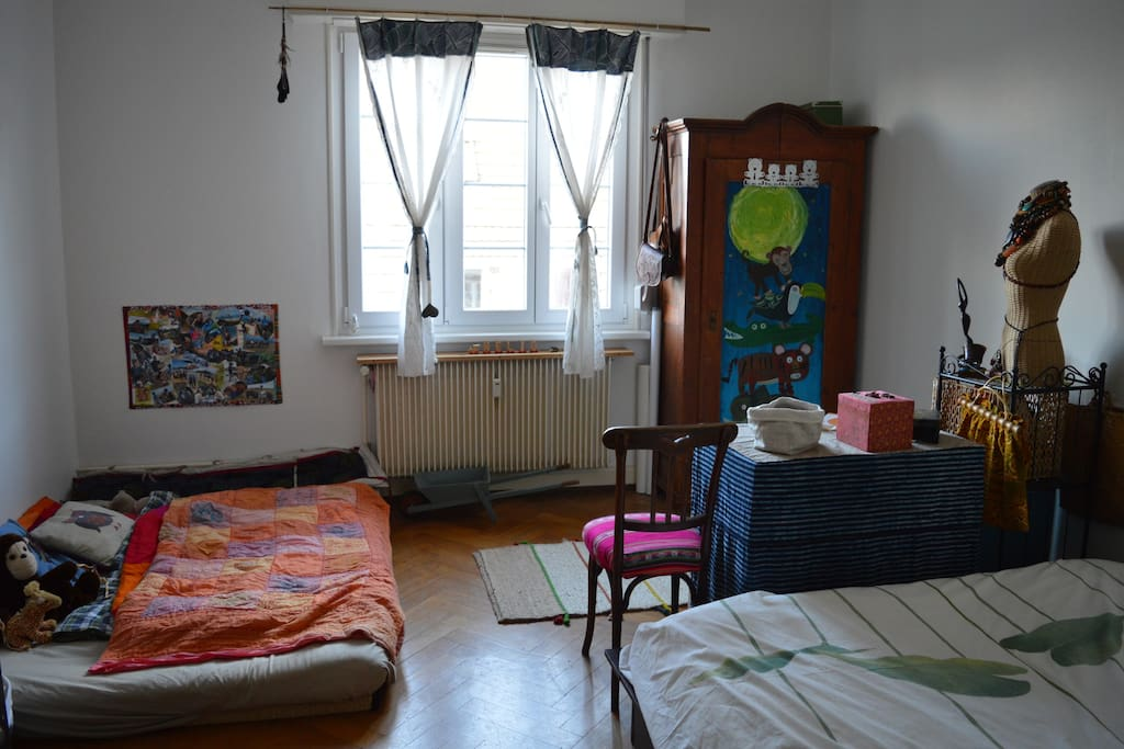La chambre dispose d'un grand lit, 160X200 ainsi que d'un futon à même le sol, de 2 places également.