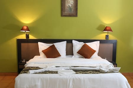 Room with Breakfast and  Pool In Candolim Goa - Candolim