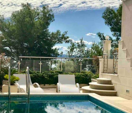 Luxury 5* Beachfront Apartment with Swimming pool