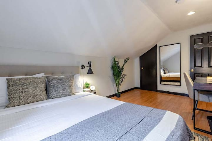 Spacious Queen Room in South Boston