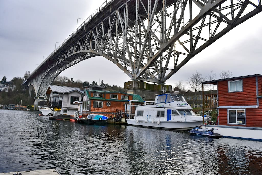 The hawk 39 s nest houseboat houseboats for rent in seattle for Houseboats for rent in california