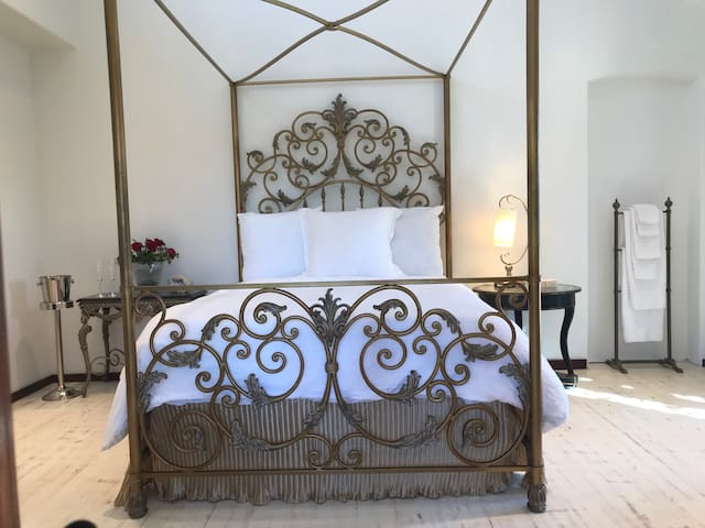 SUITE OFF THE POOL & FACING THE ROSE GARDEN