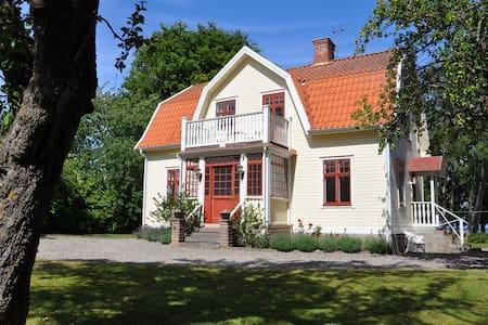 Strandnära 20-talscharm invid Vättern och Omberg