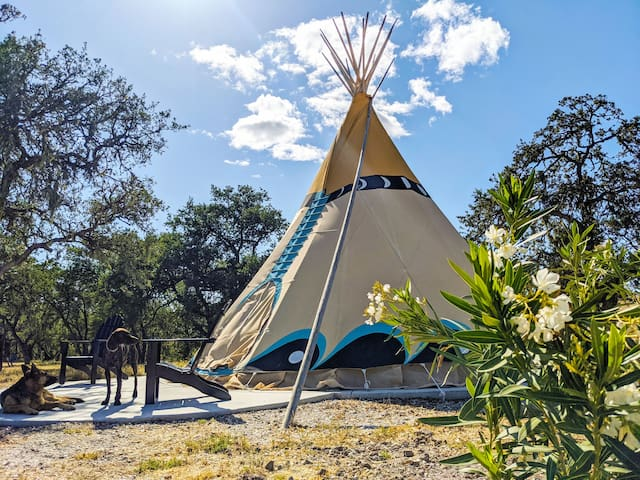 Lux Glamping Tipi w/ Views, BBQ, Hot Water, Heat