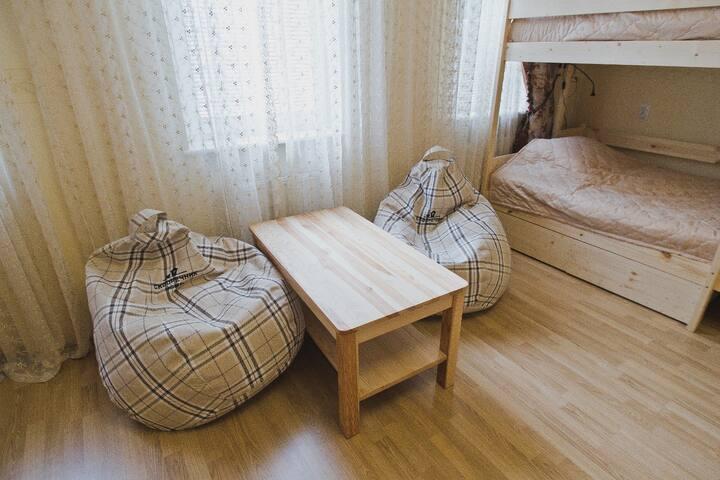 Широкое спальное место на нижнем ярусе в общем номере для мужчин и женщин.