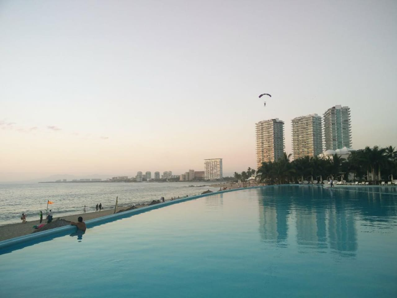Hermosa vista a la alberca y el mar
