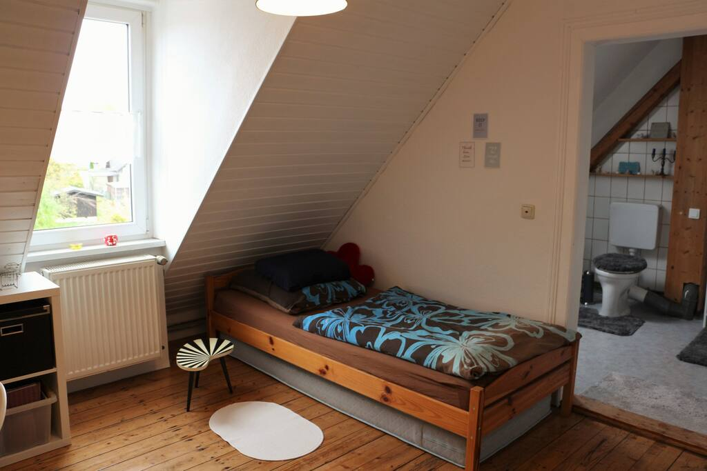 Dies ist dein Bett, die untere Matratze kann bei einer zweiten Person herausgezogen werden.