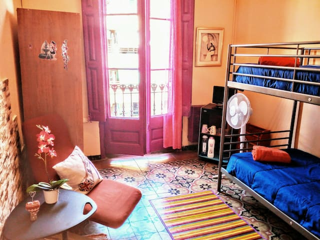 Bedroom with balcony (downtown of Barcelona)
