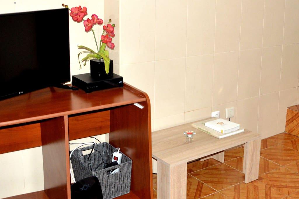Sala com TV e Internet // Living Room with Tv and Internet