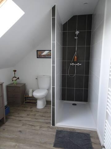 Chambre avec salle de bains et WC privatifs