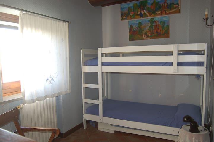 camera da letto con 3 singoli