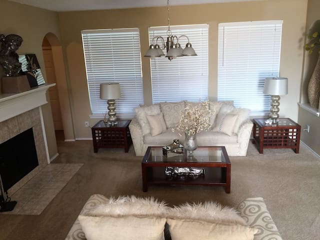 BEAUTIFUL MASTER W/ DELUXE BATHROOM &MEGA CLOSET - Cedar Hill - House
