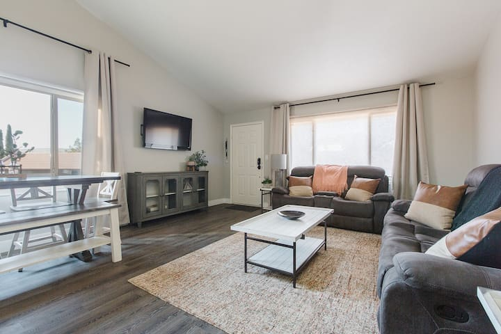 A Desert Oasis - Newly Renovated Condo, Pet Friendly!