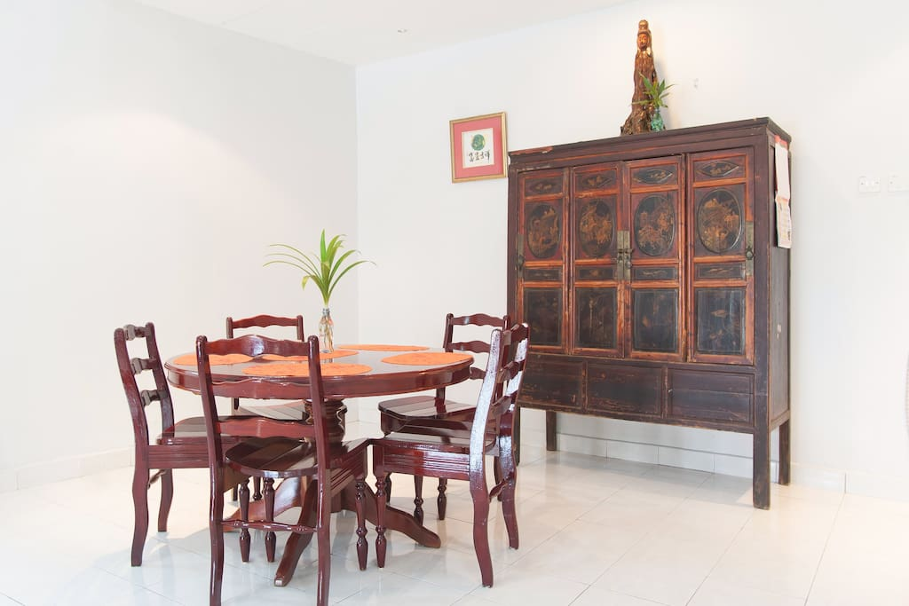 Dining Space: A round dining table