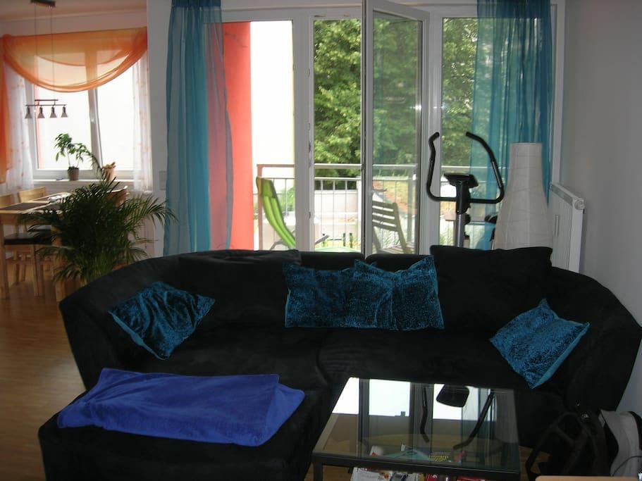 couch, auf der eine person schlafen kann; luftbett für zwei weitere personen vorhanden