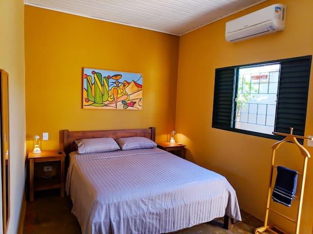 Suíte privativa com ar condicionado, cama queen size, colchão de molas, smart tv, internet e varanda