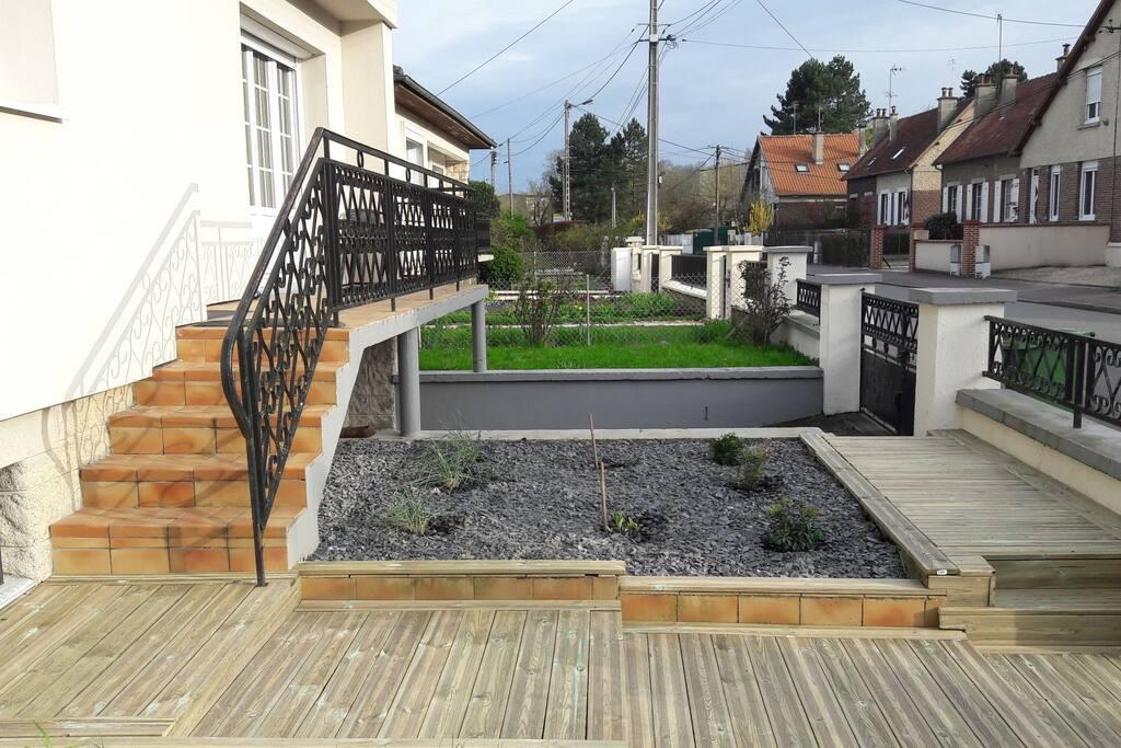 Accès, balcon et petit jardin coté rue.