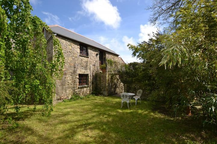 The Mowhay: Romantic Cottage with private garden