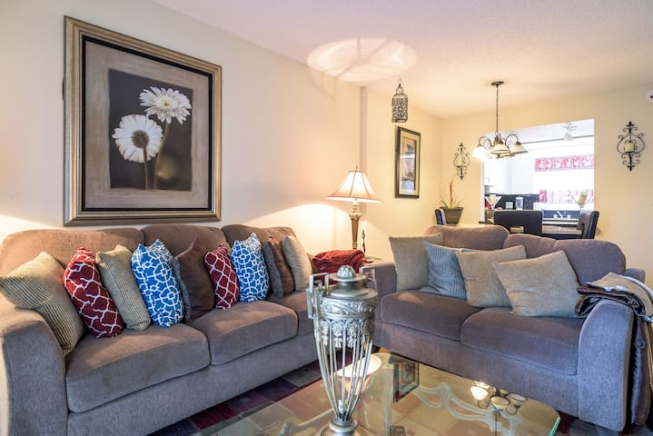 Large spacious bedroom in quiet home. - Lauderhill - Appartement