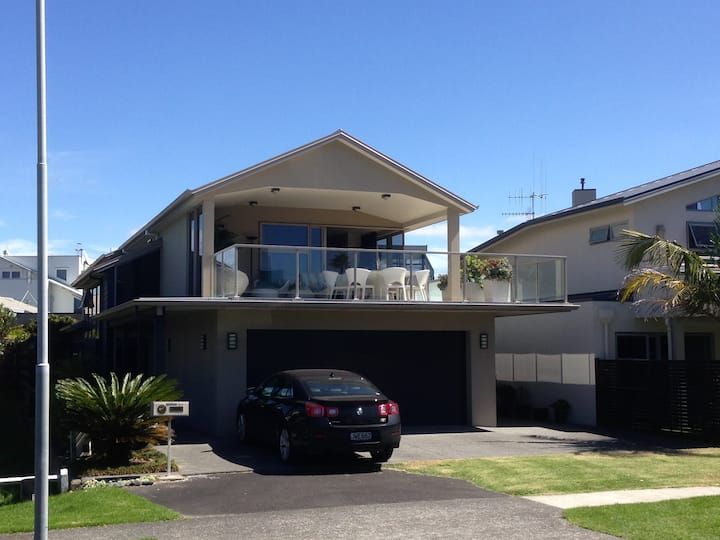 Self contained floor in private MtMaunganui home.