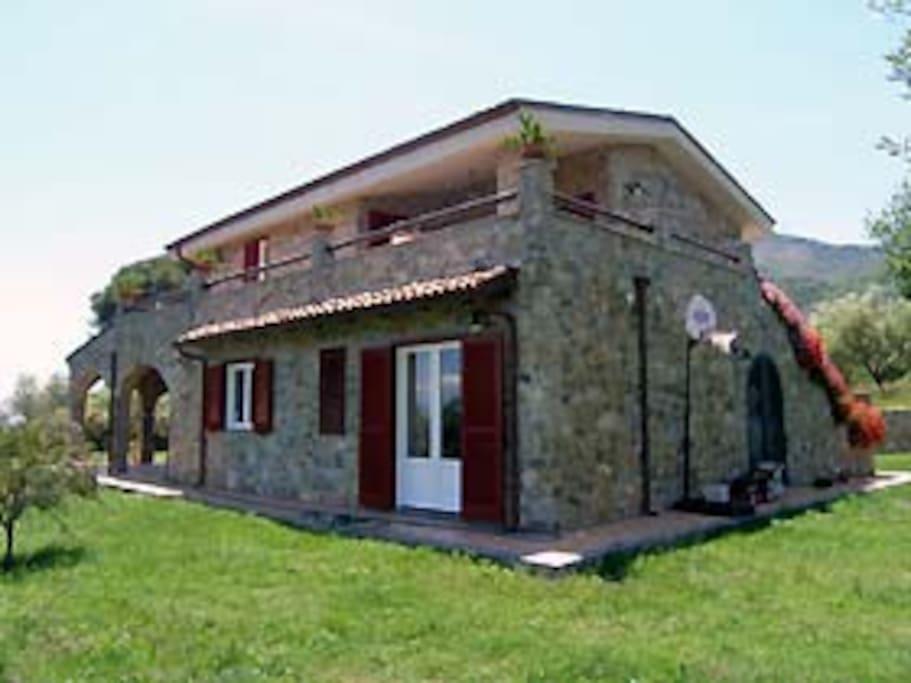 Vista d'insieme del casale in pietra locale