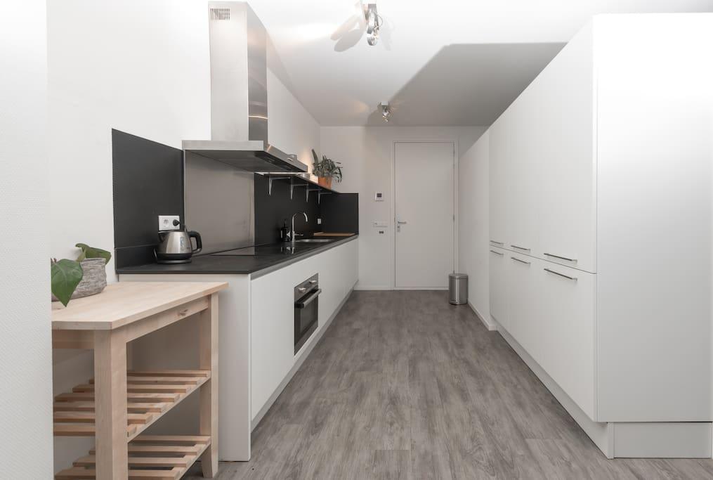 Keuken met vaatwasser, koelkast, kookplaat