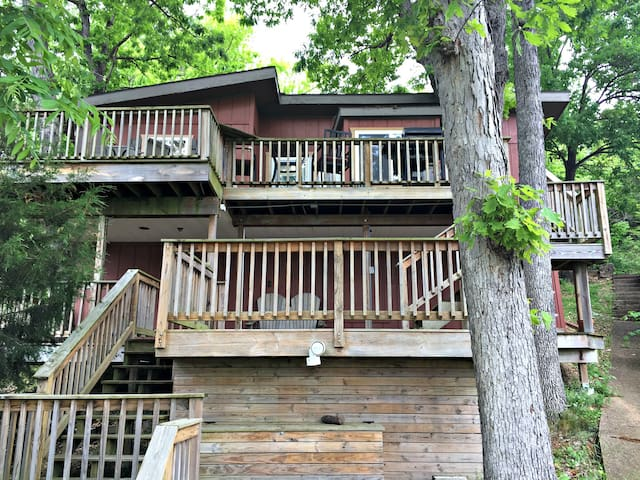 Tree House, Lake front, walk to Bagnell Dam, dock, and boat rentals discount