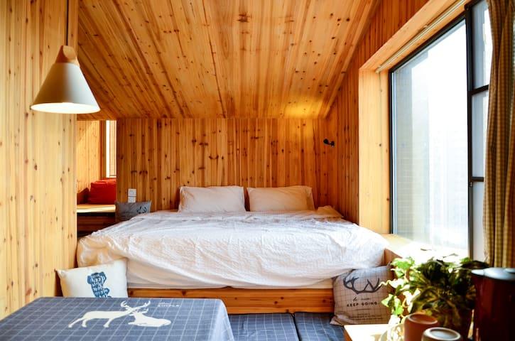 【小木屋 · 建筑师的家】提供地铁卡 & 可寄存行李 & 2*2超大床 & 视野非常好!
