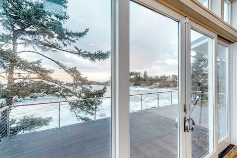 Stunning oceanfront retreat w/ gourmet kitchen & high-speed WiFi - dogs welcome!