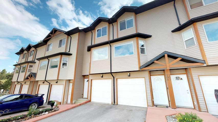 Great Location! Family Friendly Invermere Townhome
