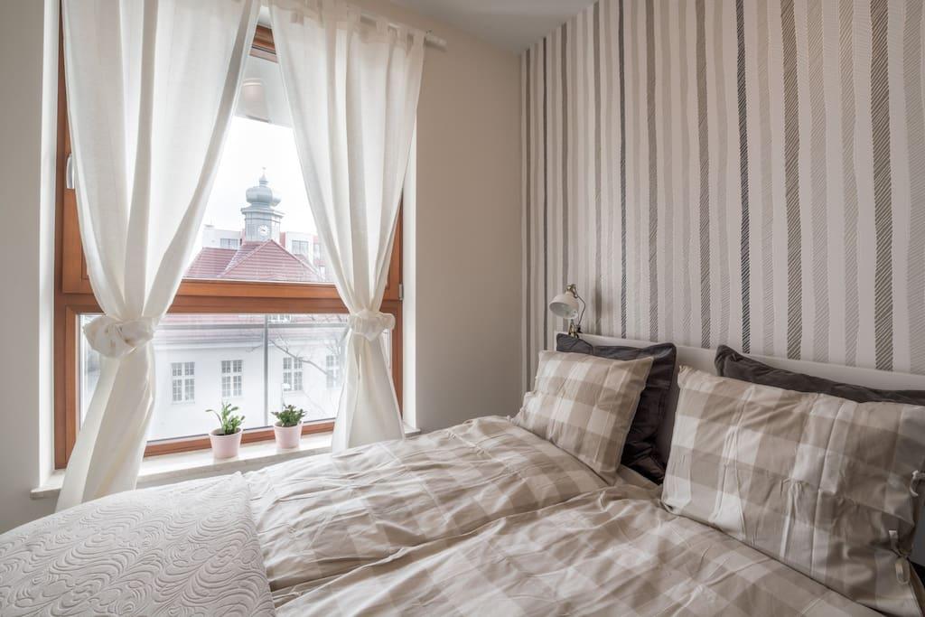 Wygodne dwuosobowe łóżko z widokiem na dworek
