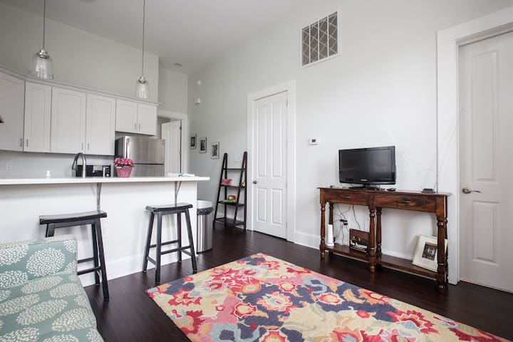 Fully renovated apt! 1/2 mile from Festivals!