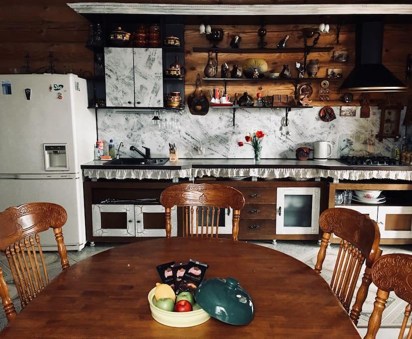 Кухня-столовая на среднем этаже