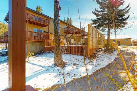 Budget-friendly ski-in/ski-out studio with shared hot tubs & mountain views!