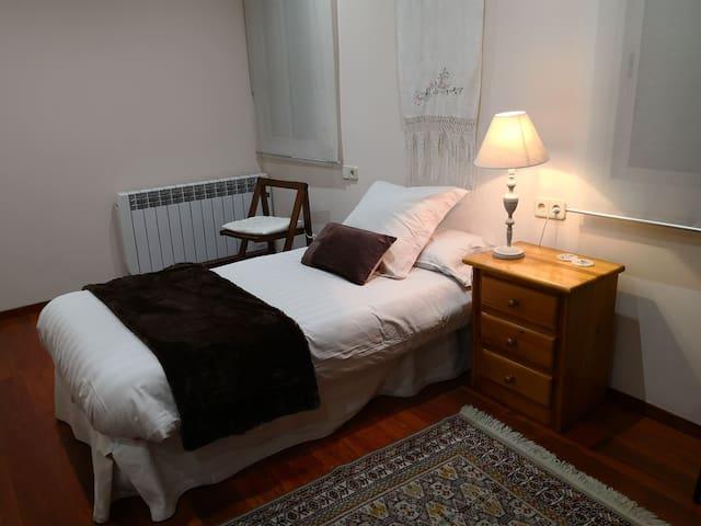 Habitación grande luminosa, baño privado completo.