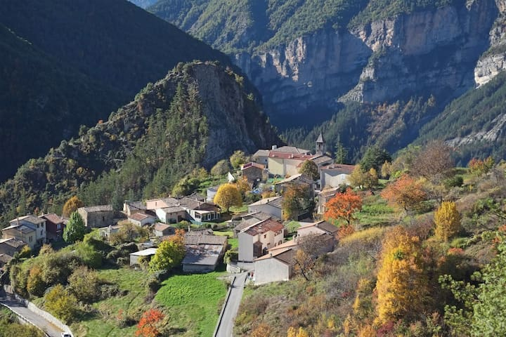 Les Ourmes, une belle maison de petit village