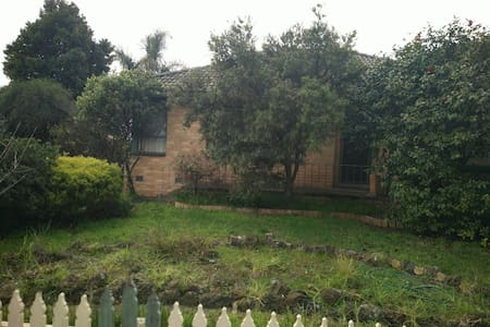 A room with a double bed! - Springvale - Hus