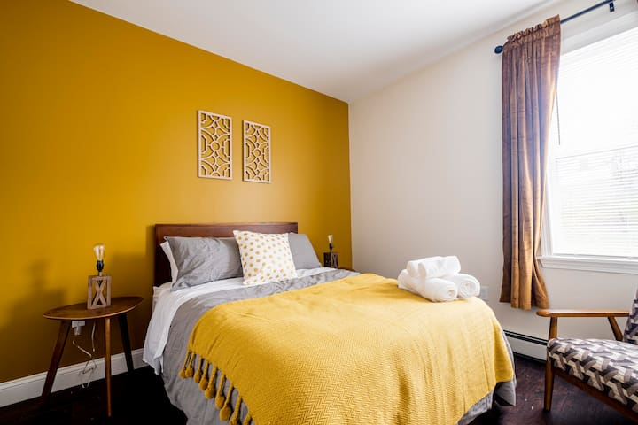 ★ Large, Spacious & Bright Bedroom with Parking ★
