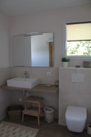 salle d'eau attenante à la chambre avec sa douche, lavabo et son WC