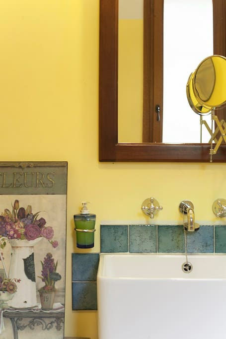 Un particolare del bagno della camera
