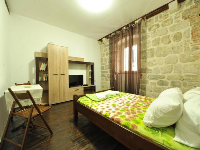 MONICA Room I ( with SHARED bathroom and kitchen )