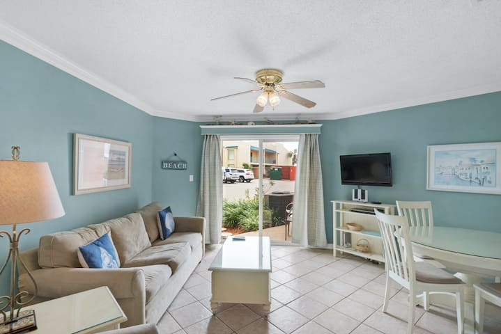 Bright, open condo, Steps to the water, Minutes to entertainment
