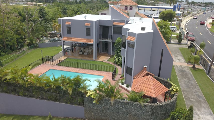 Luxury Villa/ 8-15 persons/5 min driving 2 beach
