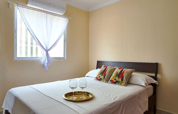 Cama queen size, sabanas, mantas y dos almohadas.
